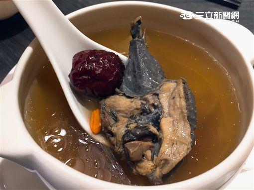 台北六福萬怡酒店再現廣式經典煲湯。(圖/記者簡佑庭攝)