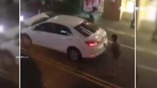 """""""叭一聲""""4煞砸車無視童 車主火大倒車撞"""