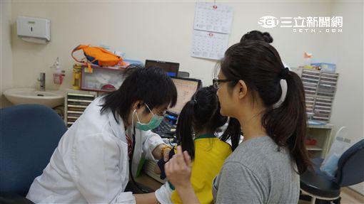 罹患輪狀病毒初期症狀包括咳嗽、流鼻水、發熱不退,經常被誤認成傷風。(圖/童綜合病院)