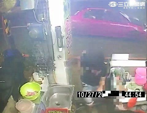 王嫌開車前往館前東路的檳榔攤連開3槍洩憤(翻攝畫面)