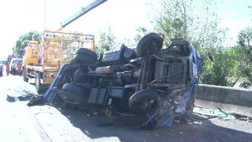 疑爆胎失控側翻在路肩 駕駛受困車內
