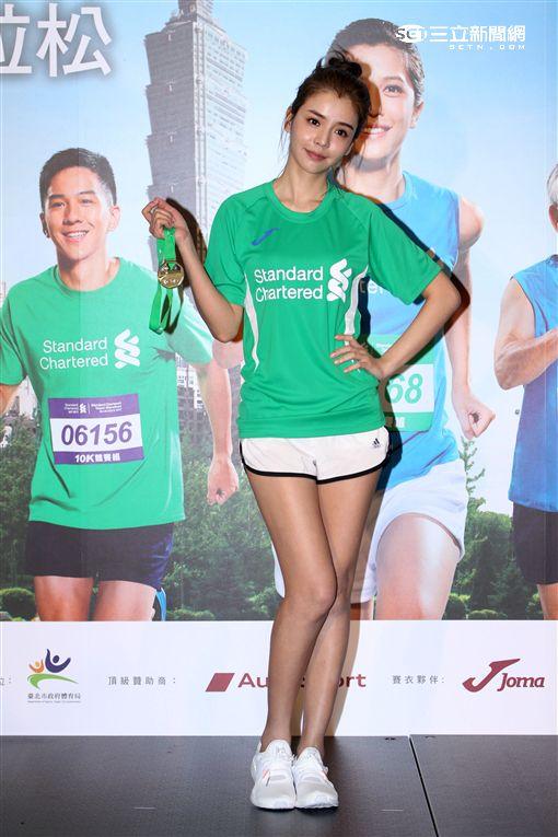 藝人李毓芬、職棒選手陳金鋒一起為2017台北渣打公益馬拉松站台,並為視障陪跑員。(記者邱榮吉/攝影)