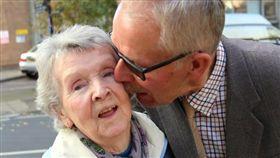 英國,剪刀,出軌,偷吃,外遇,伊麗莎白,斯托克斯,恐怖情人,禁制令,同居,原諒(https://www.thesun.co.uk/news/2104002/oap-kisses-wife-outside-court-after-forgiving-her-for-brutal-knife-attack-when-she-thought-he-was-having-an-affair/)