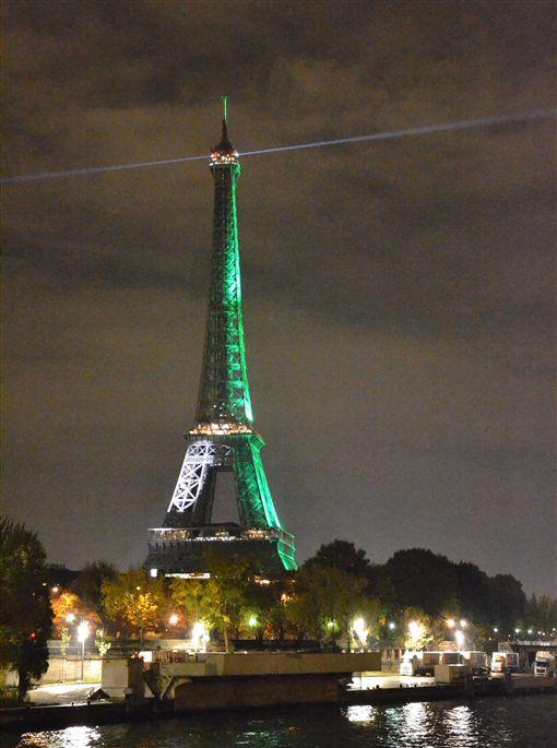 巴黎協定生效  艾菲爾鐵塔綻放綠光為慶祝巴黎氣候協定正式生效,巴黎主要地標艾菲爾鐵塔特別點上一晚的綠光。中央社記者曾依璇巴黎攝  105年11月5日