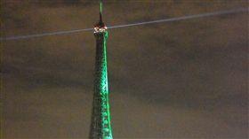 巴黎協定生效  艾菲爾鐵塔綻放綠光 為慶祝巴黎氣候協定正式生效,巴黎主要地標艾菲爾鐵塔特別點上一晚的綠光。 中央社記者曾依璇巴黎攝  105年11月5日