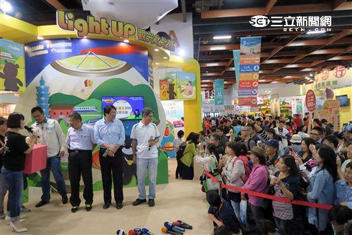 2016台北國際旅展,柯P柯文哲與陳金鋒共同為北北基主題館站台。(圖/記者簡佑庭攝)