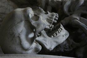 骷髏 https://pixabay.com/en/skull-cemetery-genoa-teeth-bone-476740/