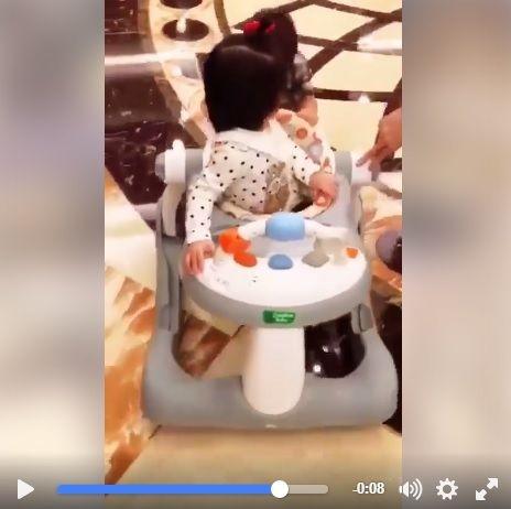 最小網紅咘咘坐學步車 可愛小男友小V寶:我來推就好(圖翻攝自賈靜雯 徐若瑄臉書)