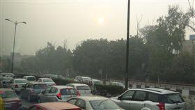 大量汽車廢氣排放 新德里空汙主因之一 特派員看世界專欄 大量的汽車廢氣排放,搭配冷空氣沈降及少風使得懸浮 粒子留置空氣中,也是印度首都新德里每到年底就出 現嚴重空氣汙染的主因之一。 中央社記者康世人新德里攝  105年11月7日