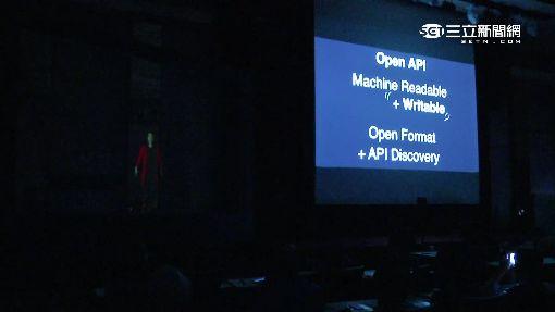 政委秀新科技 唐鳳用VR、3D投影演講