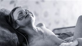 英國攝影師拍下女兒罹癌經過。(圖/翻攝自臉書)-https://www.facebook.com/Afightagainstneuroblastoma/photos/a.1649888288598271.1073741828.1649742795279487/1746315532288879/?type=3&theater