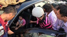 高雄女童受困車內(圖/消防隊提供)