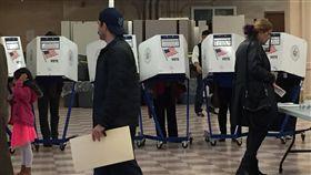美選民用選票決定下屆總統,美總統大選8日(當地時間)投票,選民以選票表達心中想法,選出下屆美總統,圖為紐約投開票所。 圖/中央社記者黃兆平紐約攝