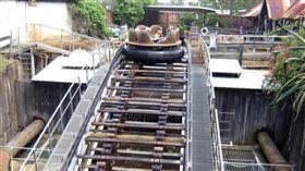 澳洲遊樂園橡皮艇翻覆釀4死。(圖/翻攝自《布里斯本時報》)