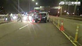 蔡姓通緝犯遇警盤檢棄車棄友轉身逃跑仍遭警逮捕(翻攝畫面)