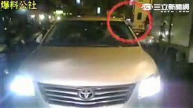 豐田轎車駕駛逆向駛入富民路,還拿槍喝退順向來車再離開現場(翻攝畫面)
