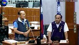 台東縣議員胡秋金(左)要求學校「不能只打棒球 ,而放棄學業」。 (圖/翻攝自台東議會網站)