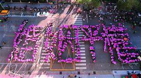 伴侶盟號召群眾在立法院外排出「婚姻平權」四個大字,希望民眾不要把同志婚姻汙名化。(圖/新新聞提供)(名家)
