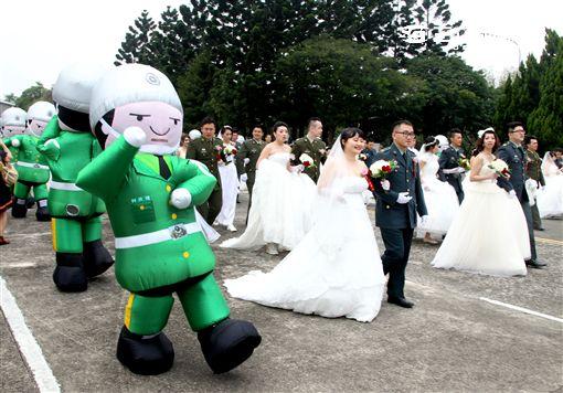 陸軍司令部(18)日以「摯愛在陸軍、大漢獻真情」為主題,盛大辦理民國105年官兵聯合婚禮,由司令邱上將親自主持並擔任證婚人。(記者邱榮吉/攝影)