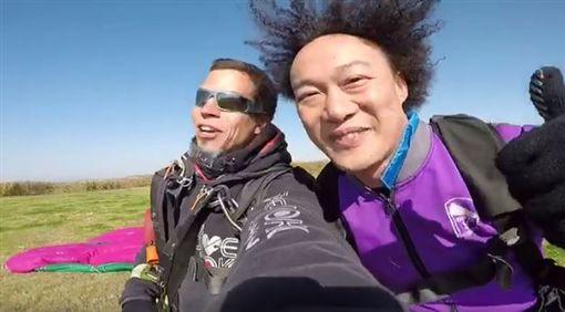 陳奕迅爆炸頭大玩跳傘 瞬間變身超級賽亞人。資料來源:陳奕迅臉書