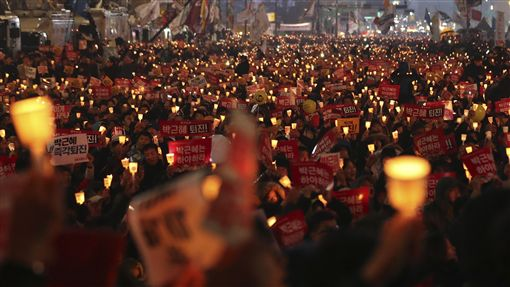 2016年11月19日南韓第四次燭光遊行,要求朴槿惠為「閨密干政」風波下台。(圖/美聯社/達志影像)