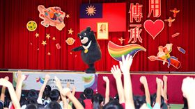 2017世大運宣傳大使熊讚活潑俏皮的模樣一早就為仁愛國小注入滿滿朝氣(圖/北市府觀傳局提供)