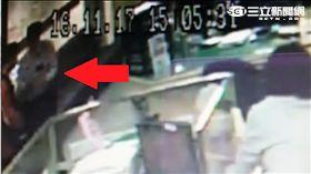 方男欲匯400鎂給美國女網友被保七總隊駐衛警及時攔阻(翻攝畫面)