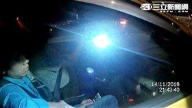 3男2女搭計程車超載遭警盤查,意外查獲3名越籍逃逸外勞(翻攝畫面)