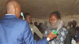 南非牧師自稱先知治病 朝信眾噴殺蟲劑/Lethebo Rabalago臉書