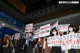 復興航空空服員地勤前往公司總部抗議 圖/記者林敬旻攝影