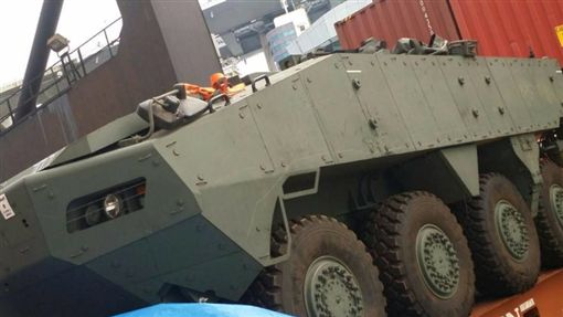 香港遭攔裝甲車(圖/翻攝自臉書)
