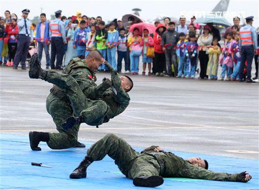 特戰弟兄在清泉崗基地營區開放,戰技操演。(記者邱榮吉/攝影)
