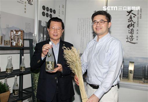 萬家香董事長吳仁春和副總經理吳如洋父子倆從釀造醬油再誇足釀造燒酒,帶領品牌走向國內年輕市場與國際舞台。(記者邱榮吉/攝影)