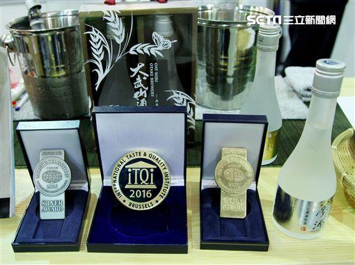 「大武山酒造燕麥燒酒」榮獲2016年比利時米其林iTQi「風味絕佳獎章」(Superior Taste Award)以及世界菸酒食品鑑賞金質獎與銀質獎殊榮(Monde Selection Gold Award 及Silver Award)之雙重國際獎項。(記者邱榮吉/攝影)