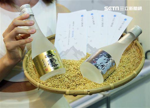 「大武山酒造燕麥燒酒」是用,獨特的燕麥特別與優質在地農產品超市「一號糧倉」合作,成為台灣第一支燕麥燒酒。(記者邱榮吉/攝影)