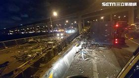 66快速道路發生廢鐵回收車翻覆意外(圖/翻攝畫面)