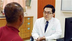 ▲醫師吳政翰說,三分之一的慢性蕁麻疹和部分新鮮蔬果有關。(圖/台北慈濟醫院提供)