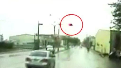 搶黃燈?闖紅燈?阿伯衝60米路口撞騎士