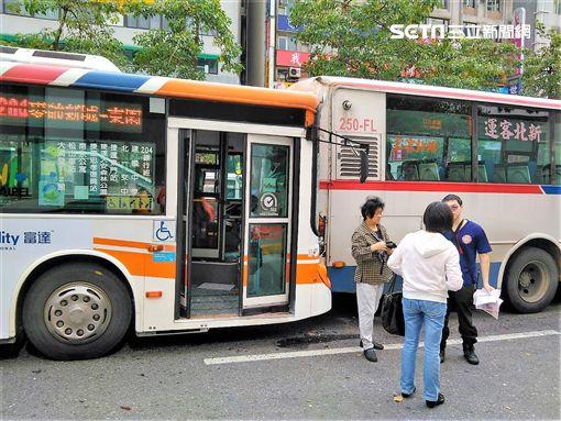 台北市忠孝東路四段發生2輛公車追撞車禍,造成15人分受輕重傷(翻攝畫面)