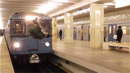 俄羅斯,極限運動,火車,月台,前空翻 圖/翻攝自YouTube