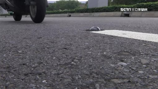 """""""貓眼""""凸起易打滑 機車騎士眼中地雷-路平專案-馬路-標線-貓眼-打滑-"""