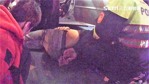李男開車載友紅線違停遭警盤查,友人跑百米丟槍毒仍遭逮(翻攝畫面)