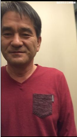 朴姓韓籍男旅客用餐喝醉後搭計程車,小黃運將叫不醒他只好交給警方處理(翻攝畫面)