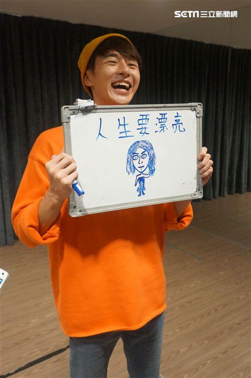 張軒睿展畫功 繪出船梨精混合小小兵 圖/記者王建棠攝影
