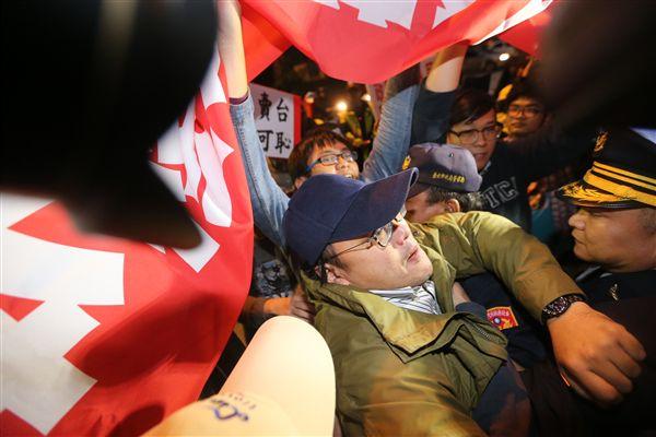 藍青年團赴總統官邸抗議(圖/中央社)