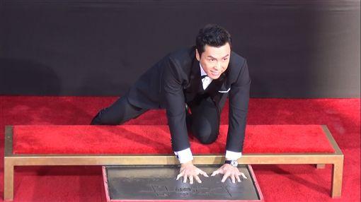 甄子丹手足拓印 留好萊塢。身手了得的華人影壇動作明星甄子丹,跨刀即將上映的「星際大戰外傳:俠盜一號」,他施展功夫的拳腳在好萊塢中國大戲院前留下了拓印。圖/中央社