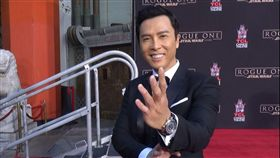 甄子丹手足拓印 留好萊塢。身手了得的華人影壇動作明星甄子丹,跨刀即將上映 的「星際大戰外傳:俠盜一號」,他施展功夫的拳腳在好萊塢中國大戲院前留下了拓印。圖/中央社