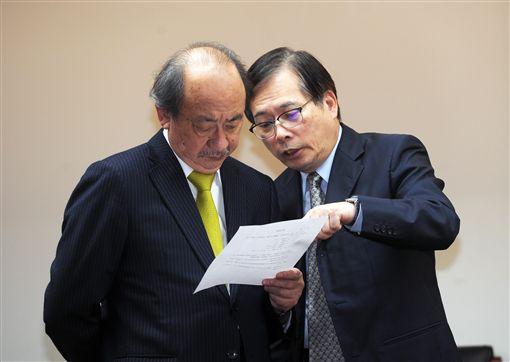 民進黨立法院黨團總召柯建銘(左)1日在立法院,出 席勞基法部分條文修正草案協商會議,進場後與勞動部 長郭芳煜(右)交換意見。 中央社