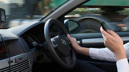 開車滑手機。(圖/翻攝自英國《泰晤士報》)-http://www.thetimes.co.uk/edition/news/killer-drivers-on-mobiles-to-get-life-73wp3jjsg