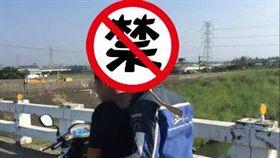 嘉義,騎車,安全帽,黑白無常(圖/翻攝自爆料公社)